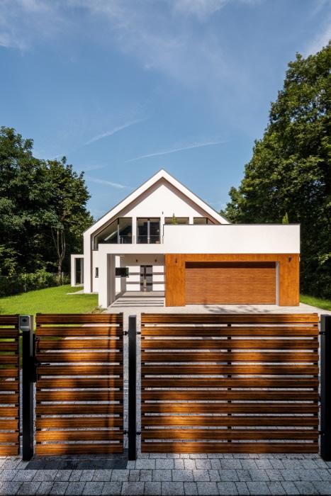 maison avec portail devant